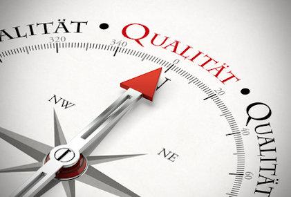 Pfeil von einem Kompass zeigt in Richtung Qualität